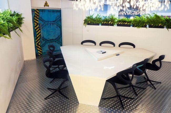 Stół, krzesła i drzwi rodem ze statku kosmicznego. Biały kolor, nowoczesne materiały jak blacha i jasne, intensywne oświetlenie przywodzą na myśl styl industrialny.