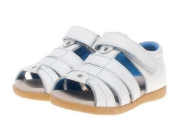 Die Kindersandalen in Weiß mit blauer Fütterung von Little Blue Lamb. Durch die gute Polsterung und die Fütterung mit weichem Leder legen sich die Schuhe angenehm weich um die Kinder-Füße. Ideal für Jungen und Mädchen.