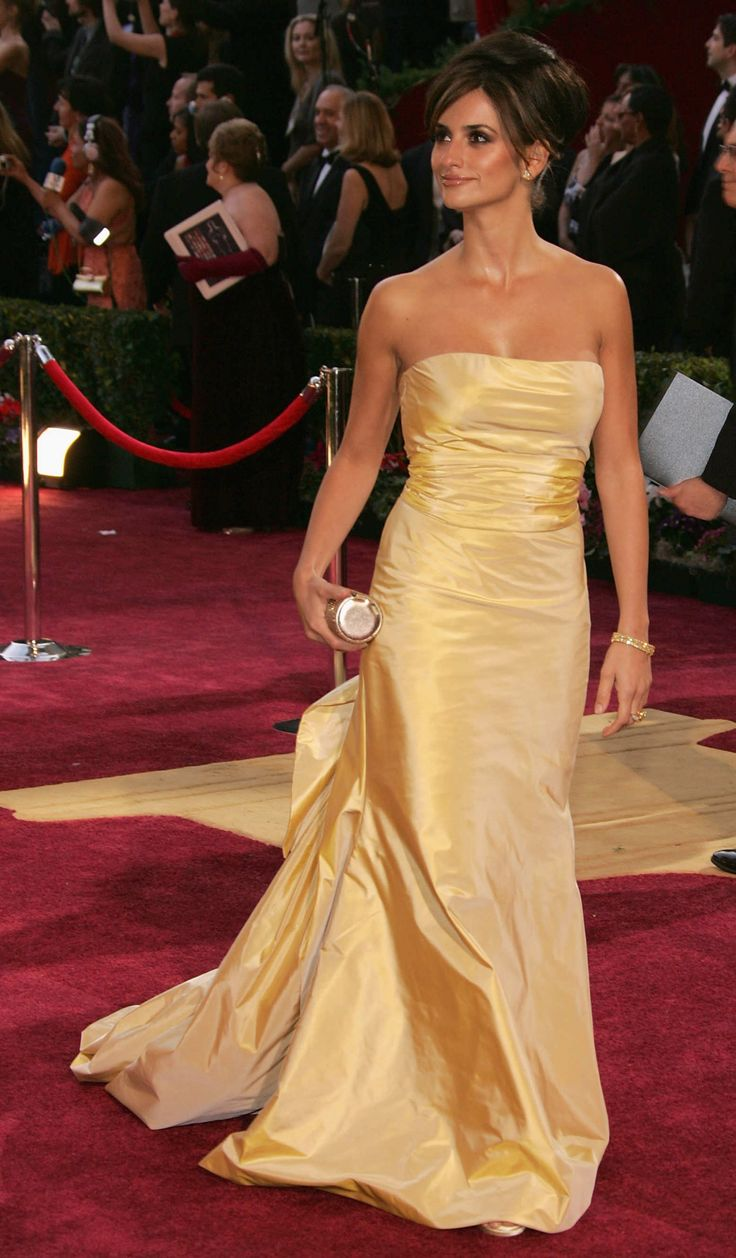 Penelope Cruz at the 2005 Oscars dressed in ODLR