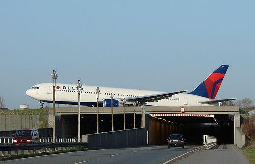Airplane over road cars Delta B767-300 Copenhagen