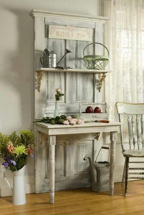 Oude deur en oud tafeltje, leuk voor in de hal.