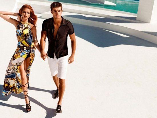 Le short pour l'homme et une chemise ouverte qui fait très vacances et plage, l'élément sophistiqué se trouve ici dans sa coiffure avec des cheveux ramenés en arrière. La femme porte ici des couleurs très voyantes comme le jaune ou le bleu cyan, on remarque les cheveux détachés et la robe fendue jusqu'à la hanche pour, là aussi, un mélange subtil entre élégance et désinvolture. #ete2012 #style