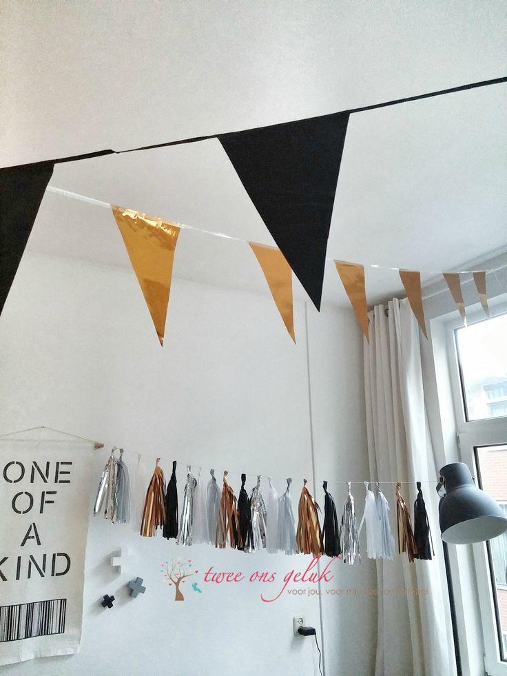 Mooie tassel slinger in de kleuren zwart, wit zilver en goud. Niet alleen bij een feestje ook ter decoratie te gebruiken. #feestartikelen #feestversiering #slinger