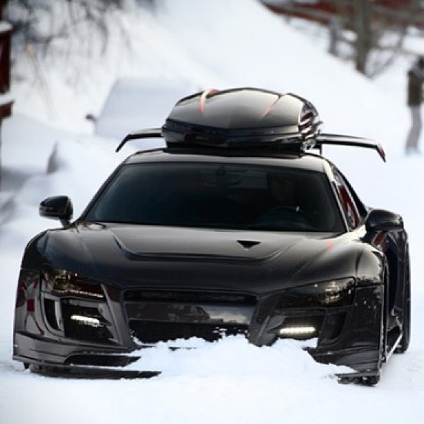 Awesome Audi R8 Playing out in the snow!