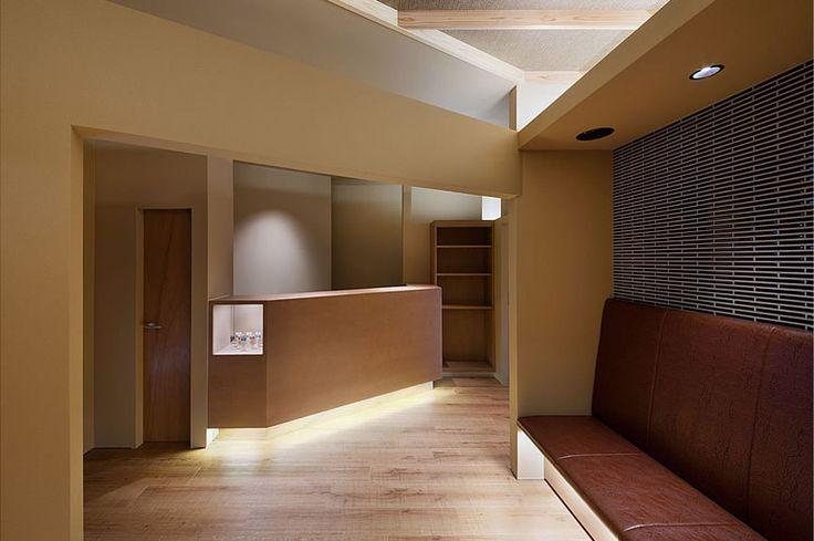 大阪の建築家による歯科医院の設計|歯科クリニックの改装実例|鉄筋コンクリ―ト造の建物の中をリノベーション。既存の障子や欄間を活かした和風の内装。待合室2