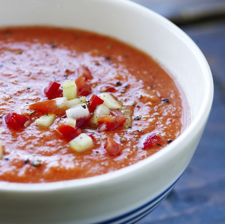 """Deilig leskende og kald suppe som ikke skal kokes. Gazpacho kalles derfor ofte for """"flytende salat"""". Selve suppen er rask å lage, men den skal trekke et par timer i kjøleskapet, slik at alle gode smaker virkelig kommer frem."""