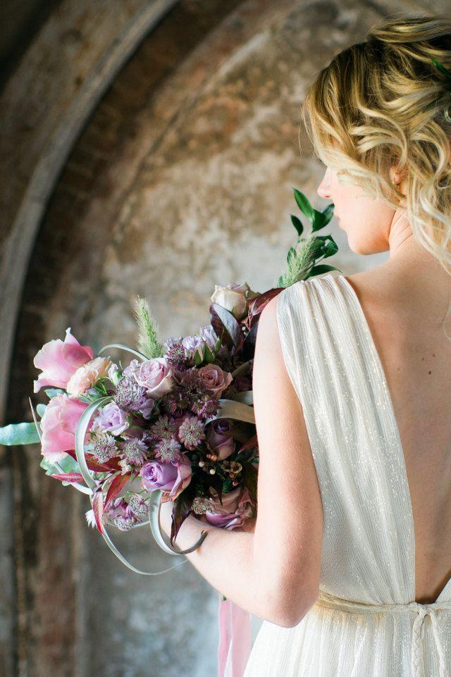 Credit: Alexandra Vonk Photography - huwelijk (ritueel), bruid, bloem (plant), meisje, bloemstuk, mooi, vrouw, zomer, volk, natuur, bruids, liefde, jurk, portret, betrokkenheid, romantisch