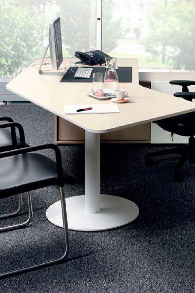 Arko 1 -- Características: Practico escritorio gerencial que combina el espacio de trabajo y de reuniones en un solo tablero. Infórmate más sobre este mueble dándole clic a la imagen.