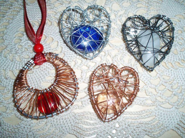Riipus ja sydän-rintaneulat