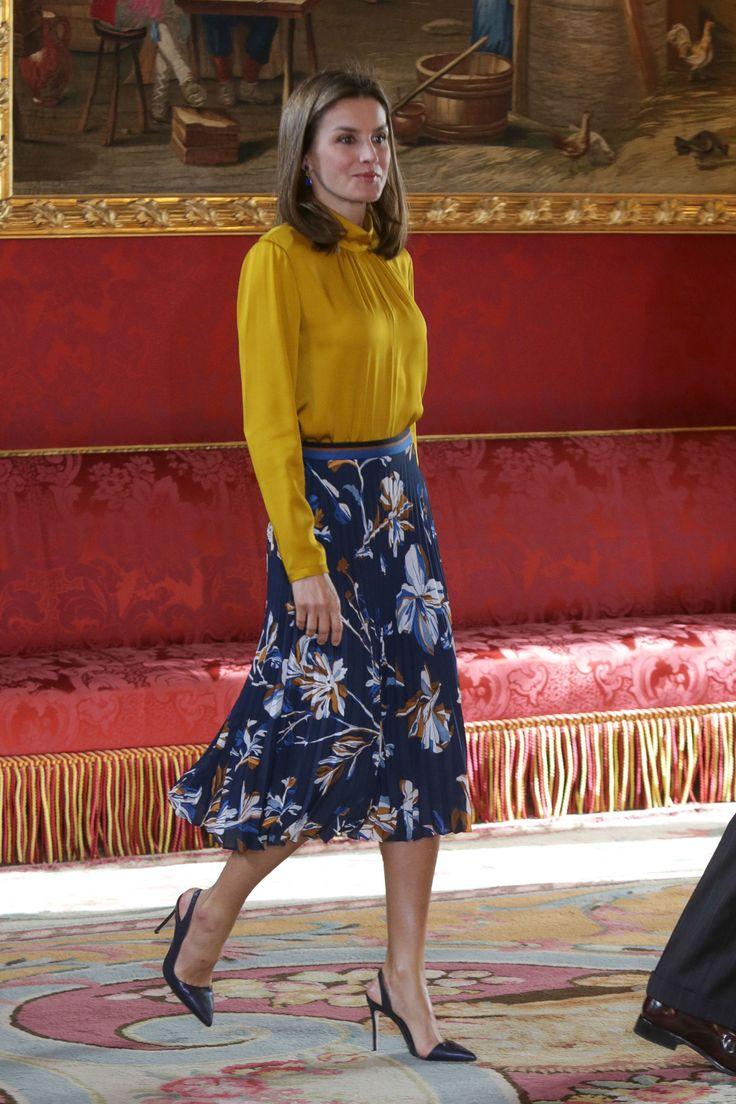 falda estampada de flores en azul & blusa en amarillo - mostaza (Letizia encuentra la falda floral perfecta)