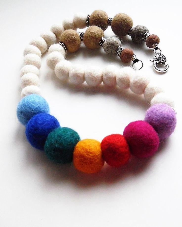 Collana perle di feltro arcobaleno beige, bianche multicolore, rainbow peace gioiello di feltro morbida lunghezza media chiusura moschettone di TesoriDiCraftRoom su Etsy