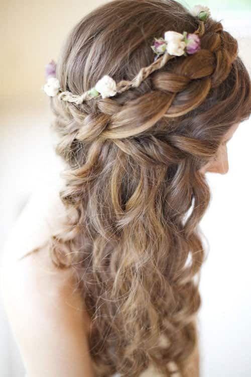 Acconciatura da sposa con treccia, capelli sciolti e coroncina di fiori