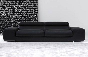 Arena: divano moderno e design. Creato per arredare Vs salotto con un tocco di classe e semplicità. Disponibile anche in versione divano tre posti, divano due posti e poltrona. Piedi in acciaio inox lucido; due spalliere regolabile. Ampia seduta comoda e rilassante.