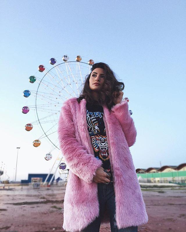"""🎡🐯#ferriswheel💕 gira il mondo gira... Cieli immensi e ruote panoramiche e non è Coney Island😍... Buondì!#pasteltones . . . . . sweater: @odietamofashion  pink fur: @dolcelunashop codice sconto sul sito """"fedec"""" --------//#filmpalette #discoverportrait  #inspiremyinstagram #verilymoment #rsa_vsco #rsa_portraits #igerspescara #volgoabruzzo #portrait_shots #postthepeople #of2humans #igpodium_portraits #featurepalette #pescara #igersitalia"""