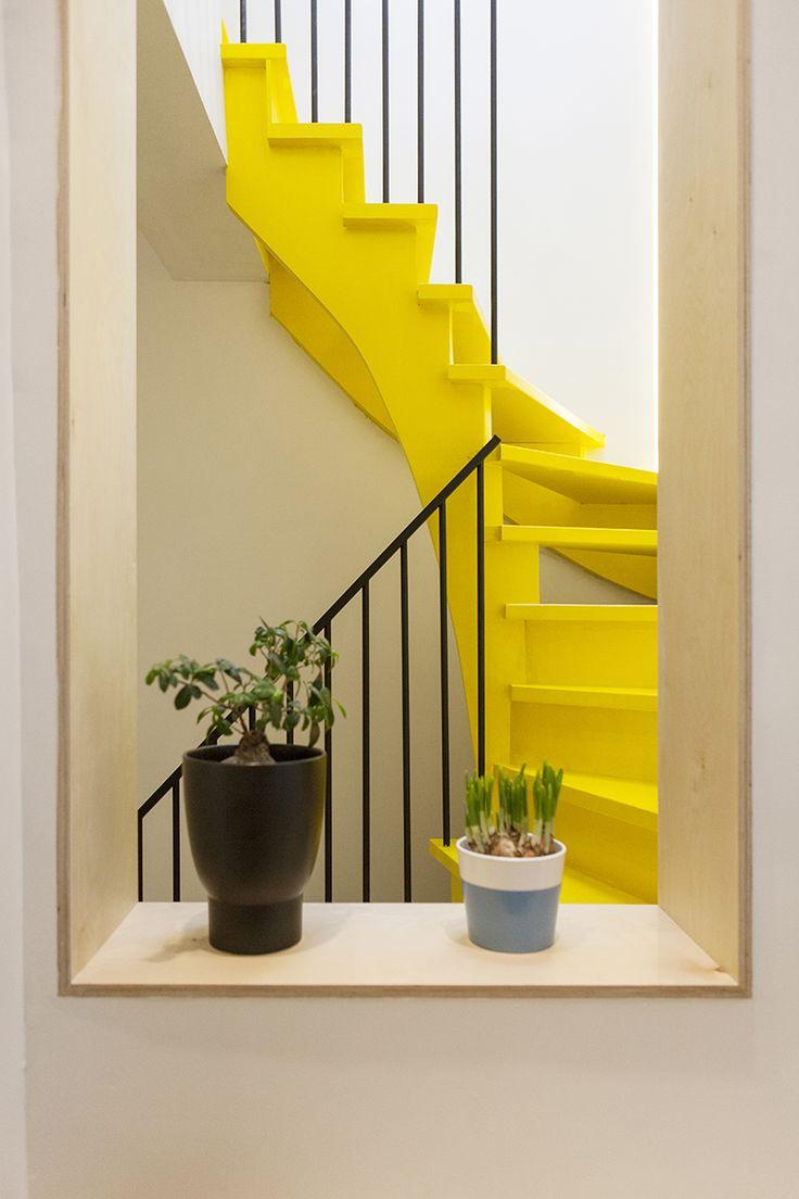 Escalier double quart tournant laqué et ouvert avec rampe en métal