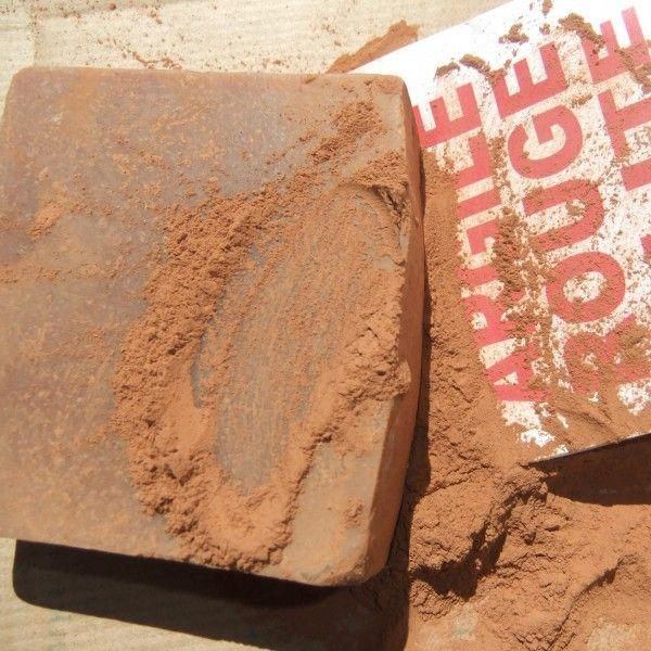 Czerwona glinka to świetne mydło do cery wrażliwej, naczynkowej, które rewitalizuje i rozświetla skórę. Glinka czerwona oprócz wielu różnych minerałów, bogata jest w tlenek żelaza - stąd intensywny czerwony kolor. Aby wykorzystać pełny potencjał mydeł glinkowych, należy dokładnie namydlić skórę i pozostawić ją tak przez przynajmniej kilkanaście sekund, potem zmyć wodą.