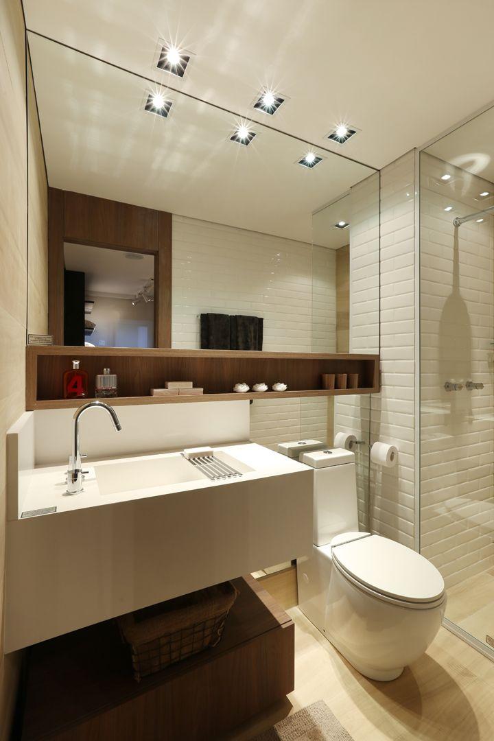 Banheiro descolado, com pia retangular, branco com madeira.