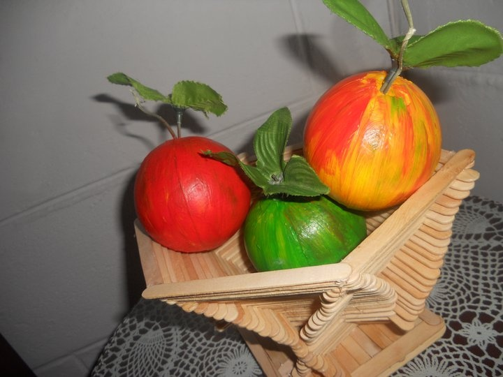 Frutero hecho con palos de paletas y las frutas en icopor - Manualidades con cajas de frutas ...