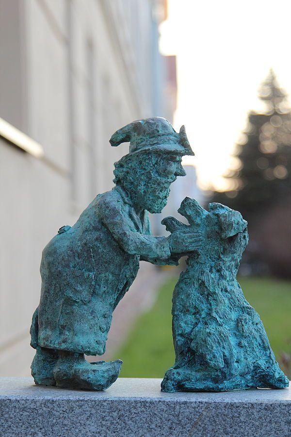 Roszek (Roch), wrocławski krasnal znajdujący się przed Wydziałem Medycyny Weterynaryjnej Uniwersytetu Przyrodniczego na Norwida 31; autor: Tomasz Moczek