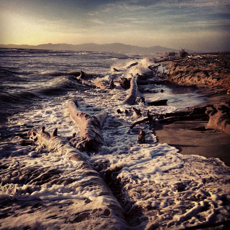 camminare nel vento mentre il mare urla