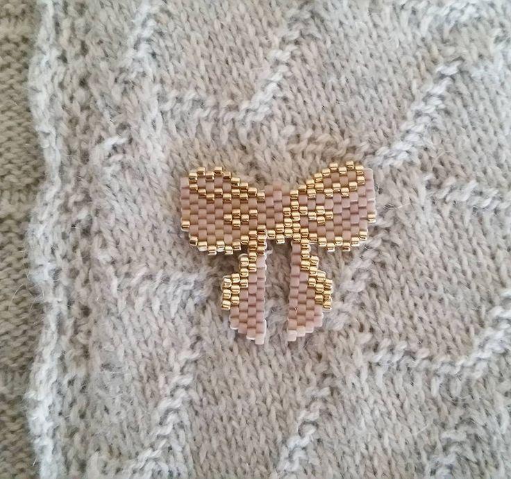 Ma to do list perles que diminue petit à  petit. Aujourd'hui, j'ai enfin pu faire le joli noeuds de @brinou : fan ! #motifbrinou #jenfiledesperlesetjassume #brickstitch #miyuki #perlesmiyuki #perlesaddict #noeud #automne