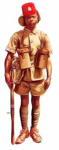 Belgique - Sergent, troupes coloniales belges, 1943 A partir de juin 1940, des éléments de la Force publique du Congo belge combattent aux côtés des Alliés. Le tarbush (chéchia rigide) comporte un couvre-nuque en toile et, sur le devant, l'insigne de la FP. Les marques de grade apparaissent sur les manches de la vareuse. L'équipement est du modèle britannique de 1939, version en cuir de 1937 Pattern Web Equipment.