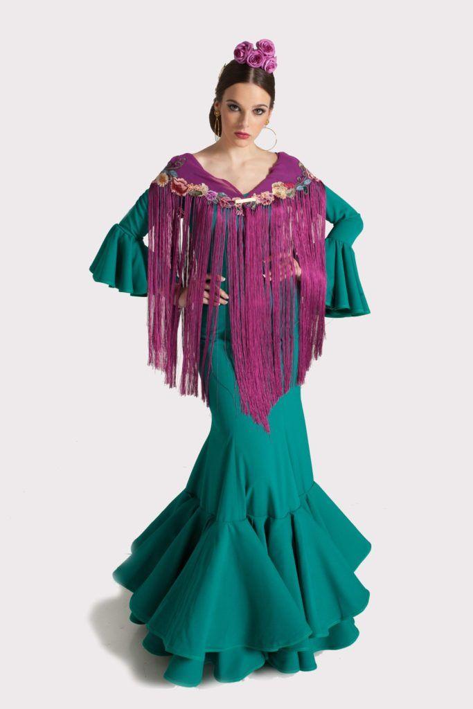El traje de flamenca modelo ESMERALDA se trata de un vestido enterizo en  color verde quirófano. El escote delantero es de pico y el tr… 143e572e313