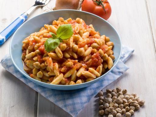 - 400 g di cavatelli  - 250 g di ceci già cotti - 300 g di gamberetti surgelati - 3 pomodori maturi - 4 cucchiai di olio d'oliva - un ciuffetto di prezzemolo fresco - peperoncino fresco