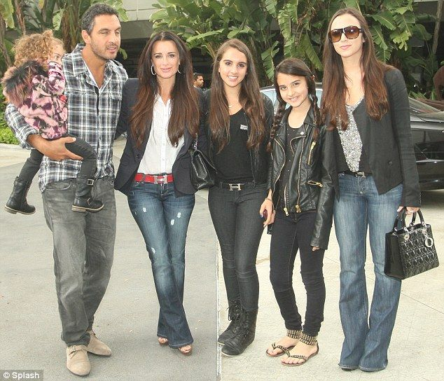 Kyle Richards & husband Mauricio Umansky....Kyle & 4 daughters always look amazing