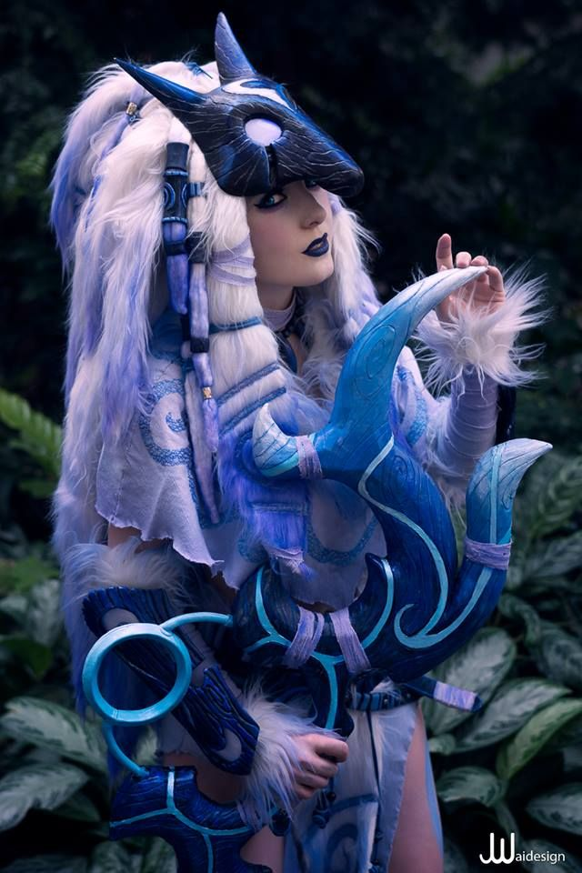 Jessica Nigri's Kindred from League of Legends - More at https://pinterest.com/supergirlsart/