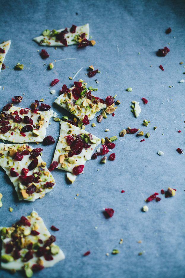 Vit choklad med pistagenötter och tranbär – enklaste julgodiset | Linda Lomelino