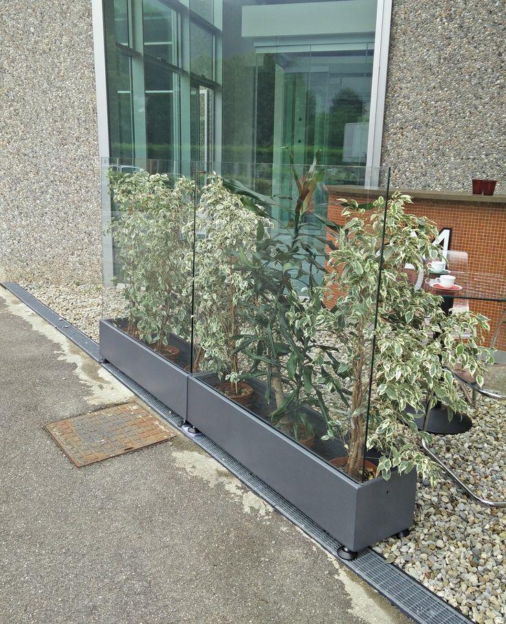 Vetro perpendicolare al terreno Predisposto per fioriera nella parte bassa La fioriera può essere posta nel lato interno o nel lato esterno Piedini regolabili