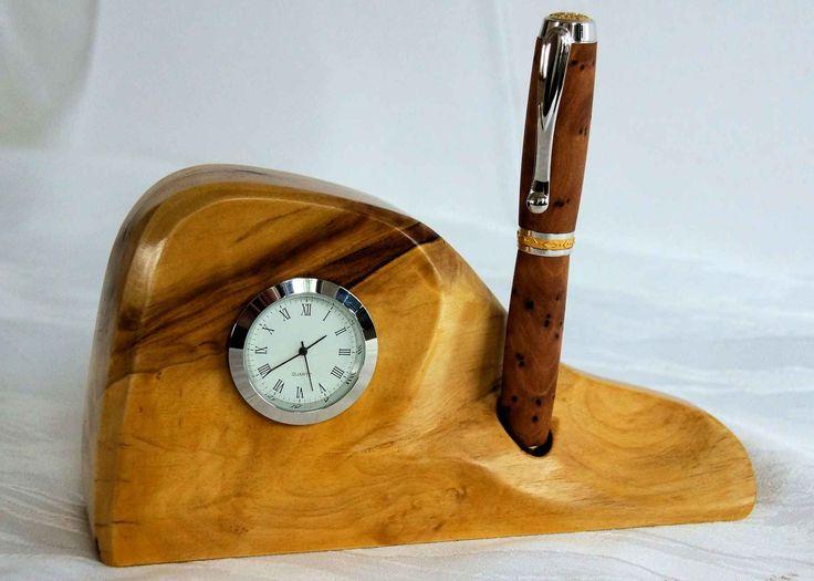einzigartige tischuhr mit stiftst nder aus einer ahornwurzel. Black Bedroom Furniture Sets. Home Design Ideas