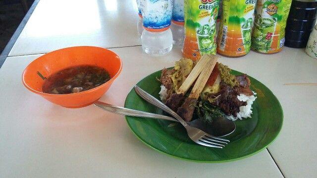 Berwisata ke Bali pasti ingat namanya makanan yang satu ini. Perlu dicoba khas tradisional ala Bali. Lelah seharian keliling melihat sudut indahnya pulau dewata tiba - tiba ada sesuatu yang terlupa yups makan siang.