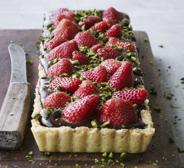 Jordbærtærte med chokolade er en rigtig nem opskrift. Lav tærten dagen før - det bliver den kun bedre af.