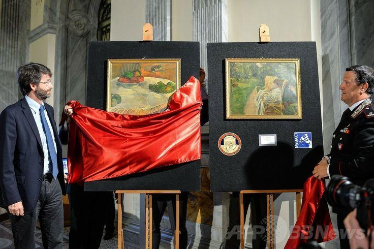 ロンドン(London)で1970年代に盗難に遭ったポール・ゴーギャン(Paul Gauguin)の作品(左)とピエール・ボナール(Pierre Bonnard)の作品(右)を公開するイタリアのダリオ・フランチェスキー二(Dario Franceschini)文化相(左)と同国軍警察カラビニエリ(Carabinieri)のマリアーノ・モッサ(Mariano Mossa)大将(2014年4月2日撮影)。(c)AFP/ANDREAS SOLARO ▼3Apr2014AFP|伊民家の台所からゴーギャン盗難画、数十億円相当 http://www.afpbb.com/articles/-/3011641 #paintings #Rome #Gauguin #Bonnard #Franceschini #Carabinieri #MarianoMossa