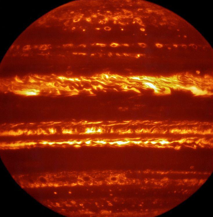 Juno ha raggiunto Giove, dopo quasi 5 anni di viaggio, e il pianeta potrà finalmente essere studiato da vicino. Da Terra, tuttavia, il lavoro di osservazione di Giove continua anche per consentire di raccogliere quanti più dati possibili anche per indirizzare il lavoro della sonda. Questa immagine a falsi colori è stata prodotta selezionando e combinando le migliori tra le moltissime esposizioni brevi di VISIR ottenute a una lunghezza d'onda di 5 micron. Crediti: ESO/L. Fletcher