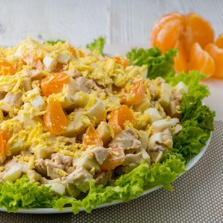 Изумительно Вкусный Салат с Мандаринами и Курицей. Легкий Новогодний Салат куриная грудка - 300 г яйца - 2 шт яблоки - 2 шт мандарины - 2 шт лимонный сок - 2 ст. л. салат листья майонез - 1-2 ст. л.