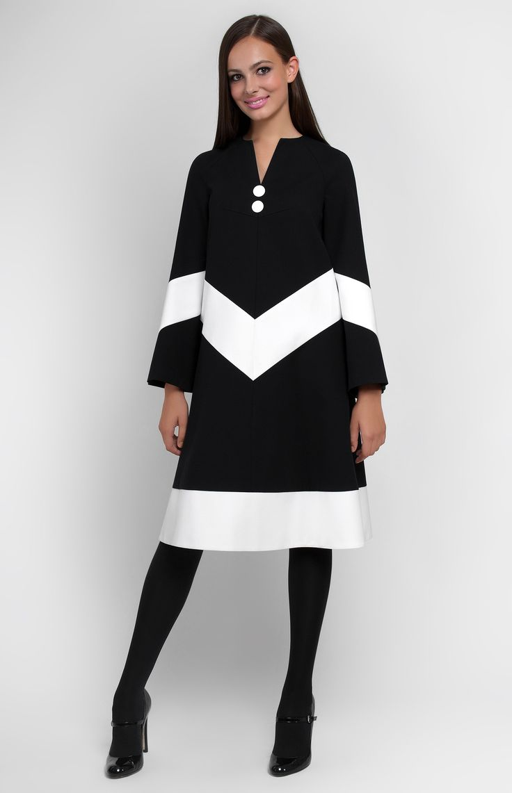 Combined A-shape stretchy-cotton dress with bell-shaped sleeves. V-neck. Hidden back zip closure. Without pockets.