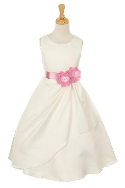 Grazia. Elegant bruidsmeisjesjurk van bruids-satijn. Het jurkje heeft een mooie satijnen band met een afneembare bloemenbroche. Het speciale aan de jurk is de speciale val van de rokplooien. Kinderbruidsmode, kinderbruidskleding, bruidsmeisjes jurken, bruidsmeisjes jurk, bruidskinderen, bruidskinderkleding, flower girls.