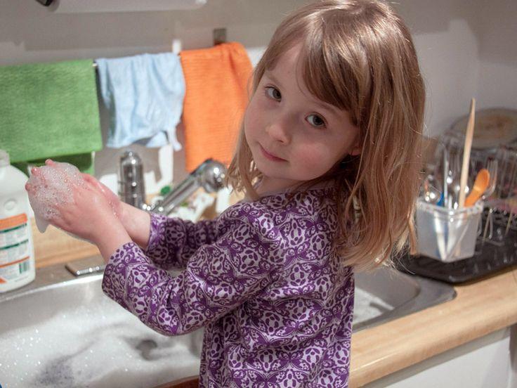 Obowiązki domowe dwulatka | Mamolka