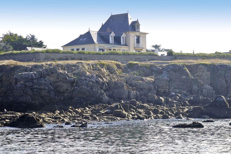 Jetzt heißt es all seine liebsten Menschen einpacken und ab nach Frankreich. Diese riesige Villa direkt am Atlantik bietet einen unvergesslichen Urlaub!