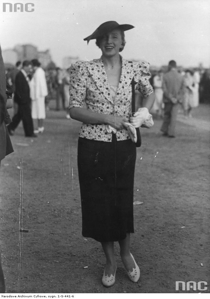 Piosenkarka Hanka Ordonówna na torze wyścigowym. 1937