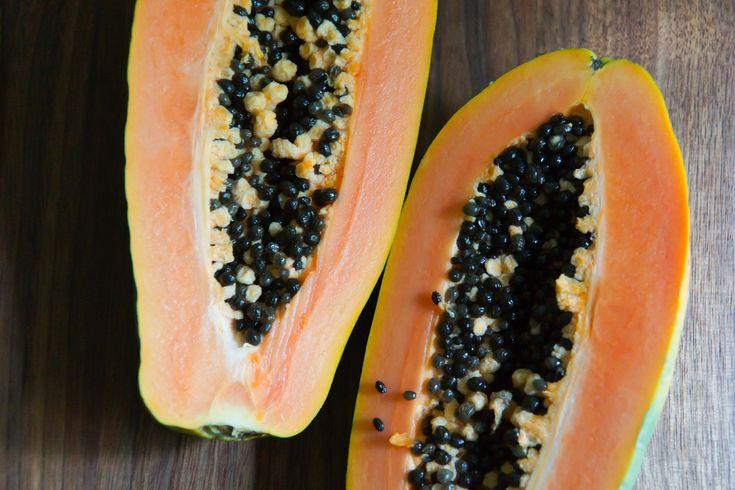 Papaya zubereiten - Die Papaya halbieren