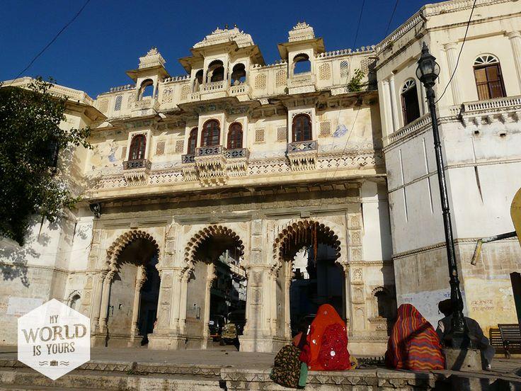 Het avontuur is daar. Je wordt meegenomen naar roze, blauwe, gele, witte koningssteden. En waar beter kan je kijken naar de James Bond-film Octopussy (opgenomen in #Udaipur) dan op een van de vele dakterrassen met alle herkenbare paleizen en het meer voor je uitgestrekt? #Ghat #India