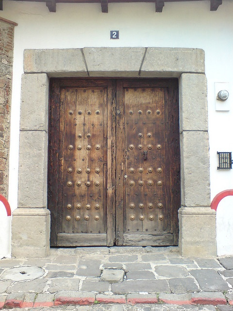 puerta de una casa colonial en la ciudad de antigua guatemala by via flickr