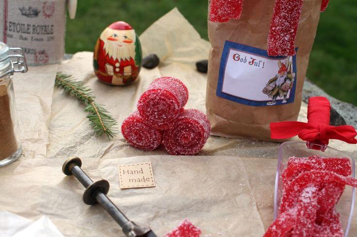 I dagens lucka kommer jag att dela med mig av ett favoritrecept på gott, hemgjort Julgodis..        NämligenSura Hallonremmar.Tänka sig att det godaste...