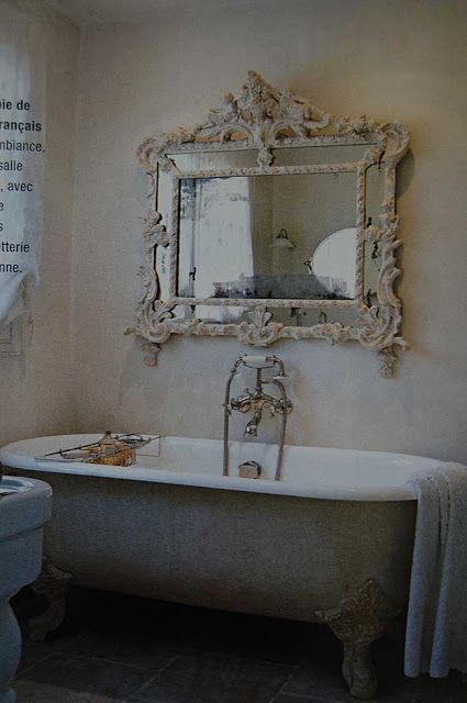 Just love the vintage mirror over the tub area~❥