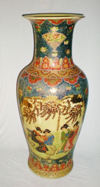 Belíssimo jarrão em faiança oriental ornado com figura de gueixas, med. 91 cm (restauro na borda)