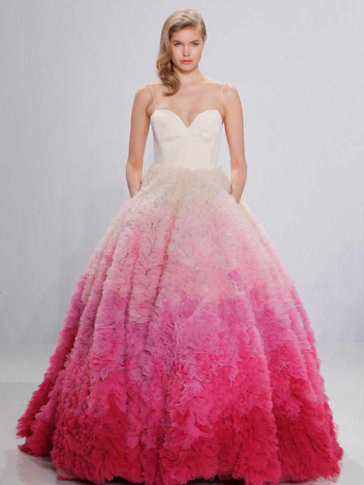 Apropos unkonventionell: Wahnsinn! Wir packen's ja nicht! Dieses Kleid mit pinkem Rock von Christian Siriano ist ein echtes Statement. Und erinnert ein wenig an das Brautkleid, das Gwen Stefani dereinst trug.Die Brautkleider der Stars